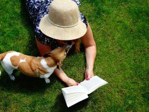 Vrouw met boek op graszoden